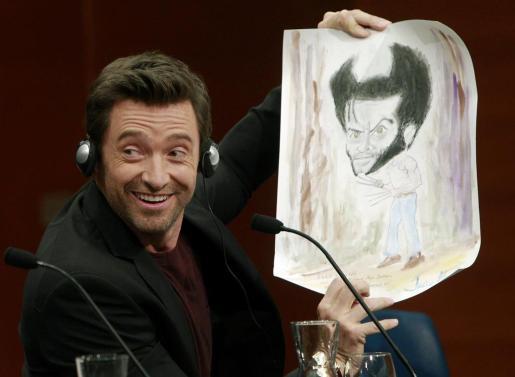 El actor australiano Hugh Jackman muestra un regalo de un periodista en la 61 edición del Festival Internacional de Cine de San Sebastián.