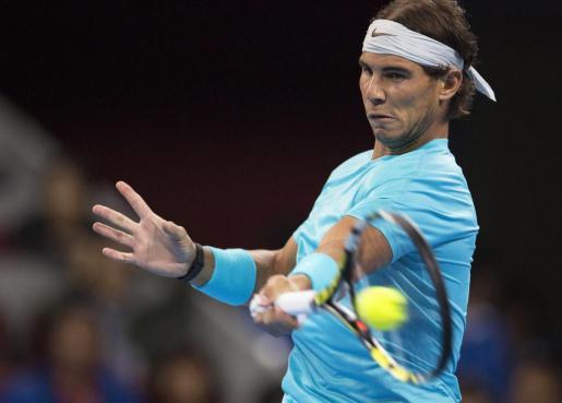 El tenista español Rafael Nadal devuelve la pelota al alemán Philipp Kohlschreiber durante la segunda ronda del torneo de Pekín.