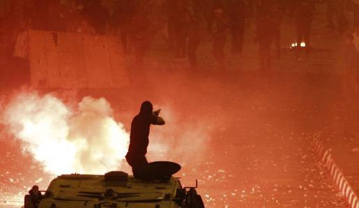 Un policía, en un momento del enfrentamiento.