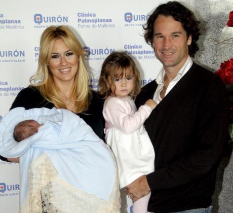 La familia de Carlos Moyá y Carolina Cerezuela, al completo, por ahora.