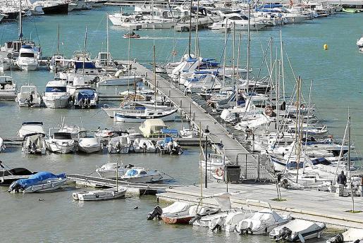 La policía detuvo cuando se disponía a embarcar en el puerto de Sant Antoni, en la imagen.