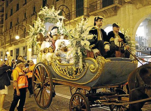 El carro triunfal, a su paso por Jaume III, donde fue recibido por numeroso público.