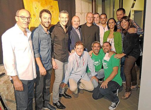 Jaume Guardiola, que expuso en Cas Cotxer, con el alcalde de sa Pobla, Biel Serra, y un grupo de amigos.