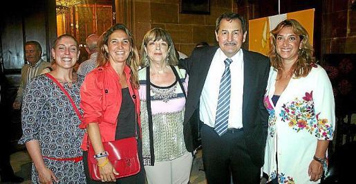 Lina Amengual, Nuria Basilio, Cati Salvá y Tiffany Blackman, con Josep Oliver, presidente del Consejo Regulador de la DO Oli Mallorca.
