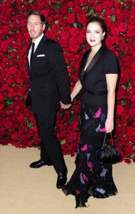 Foto de archivo tomada el 15 de noviembre de 2011 de la actriz estadounidense Drew Barrymore (dcha) y del marchante de arte Will Kopelman (izq).