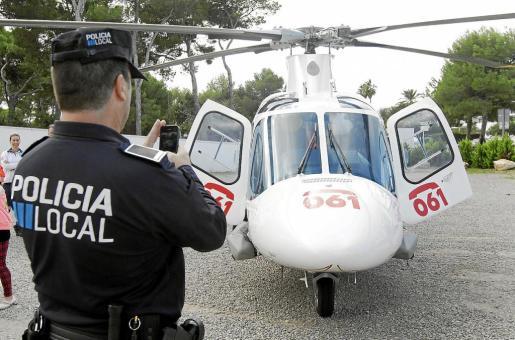 Uno de los agentes aprovecha el momento para hacerle una foto al helicóptero del 061.