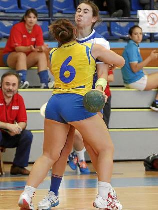Paulina Pérez es detenida por una jugadora del Getasur.