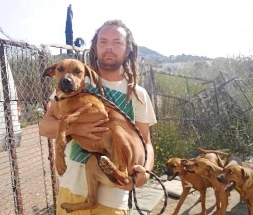 Giussepe Guastella con algunos de los últimos perros que ha rescatado de las calles la protectora Ibiza4Patas.