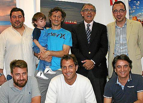 Guillermo García, Gastón con su hijo Keanu, Daniel Samaniego y Juan Manuel Gómez. Delante: Vicente Libertini, Juan Pablo Pancera y Toni Sierra.