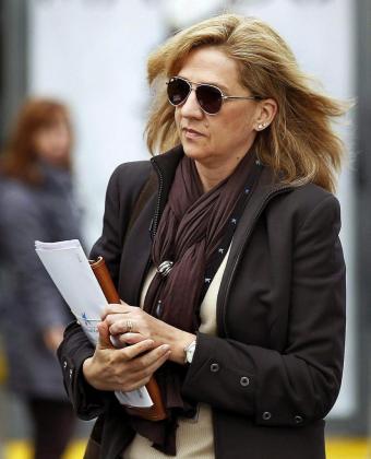 Fotografía de archivo (05/04/2013) de la infanta Cristina, a su llegada a la sede central de la Caixa en Barcelona, donde trabajaba.