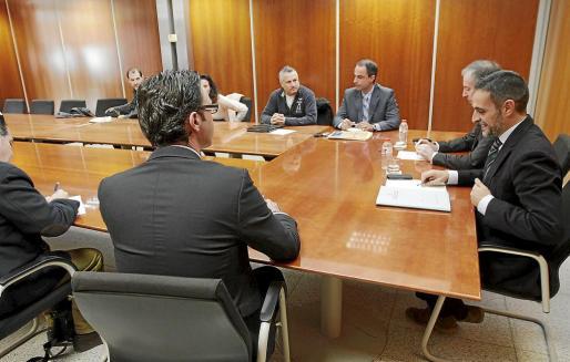 El conseller de Hisenda Vicente Marí Bosó (dcha) se reunió ayer con el representantes del Consell, de empresarios y sindicatos.