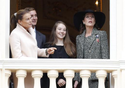 (i-d) La princesa Estefanía de Mónaco; Pierre Casiraghi; la princesa Alejandra de Hannover; y la princesa Carolina de Mónaco, asisten al desfile de la Armada, acto celebrado como parte de las conmemoraciones del Día Nacional, en Montecarlo.