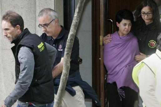 Rosario Porto y su ex marido, Alfonso Basterra, durante el registro que se hizo de su casa el pasado mes de septiembre.