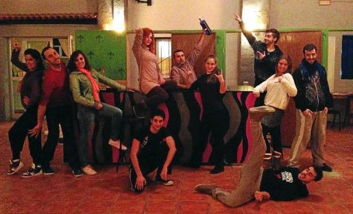 El equipo del musical, durante uno de los ensayos de 'La cuenta atrás'. Abajo, Juanjo Martínez y Marcos Penschow, caracterizados.