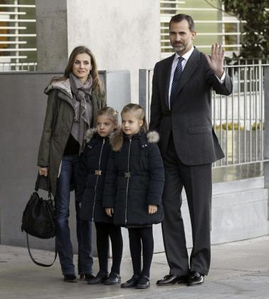 Los Príncipes de Asturias y su hijas, las infantas Leonor y Sofía, saludan a su llegada al Hospital Universitario Quirón de Madrid para visitar al Rey Juan Carlos, quien ayer fue sometido a una intervención quirúrgica.