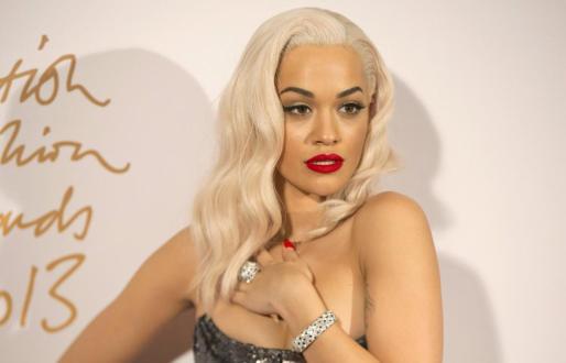 Rita Ora posa para los fotógrafos en los British Fashion Awards.