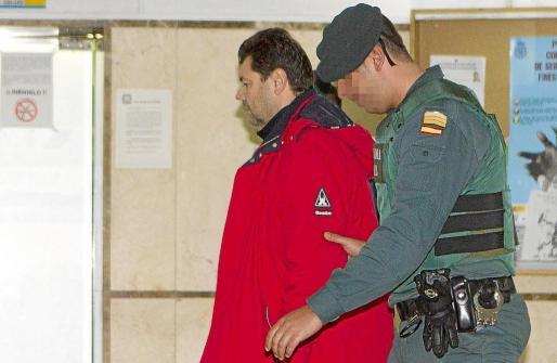 El cabecilla de la trama, Romanov, entrando en los juzgados para prestar declaración. g