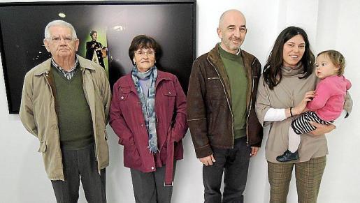Joan Simonet, Antònia Riera, Joan Soler, Nadège You y la pequeña Najwa.
