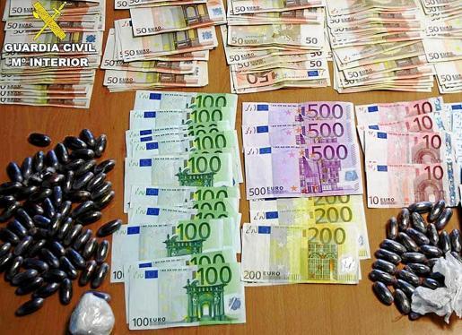Dinero y drogas decomisadas por los agentes del EDOA durante la operación Chakra, realizada a lo largo de 2013.