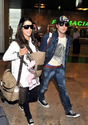 David Bisbal y Elena Tablada, en el aeropuerto de Madrid, con su hija Ella.