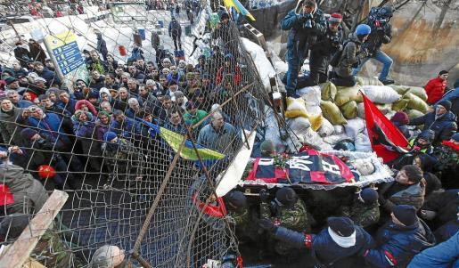 Los manifestantes hicieron una pausa en su lucha para celebrar el funeral de un opositor que murió al recibir un disparo hace unos días.