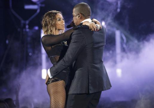 Beyonce y Jay-Z, durante su actuación en la 56 entrega de los premios Grammy, anoche en Los Angeles.