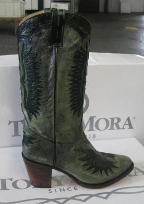 Diferentes, originales y con un diseño inconfundible. Esta bota de Tony Mora combina la piel de toro y pitón en verde y negro.