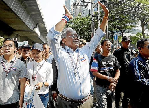 El líder de las protestas, Suthep Thaugsuban, encabezando la marcha.
