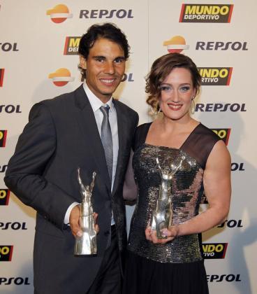 Fotografía facilitada por Mundo Deporrtivo del tenista Rafael Nadal y la nadadora Mireia Belmonte (d), que han sido elegidos mejores deportistas españoles de 2013 en la 66 edición de la Gran Gala de Mundo Deportivo.