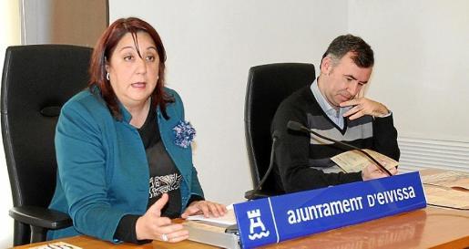 La concejala Lina Sansano y el músico Adolfo Villalonga ayer en la presentación del programa.