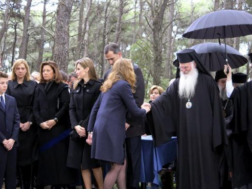 La infanta Elena saluda a un obispo en presencia de su hermana Cristina (i), y de los Príncipes de Asturias, Felipe y Letizia, durante el homenaje rendido hoy al rey Pablo I .