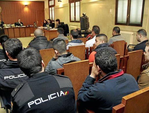 Imagen de los 17 acusados sentdos en el banquillo justo en el momento de comenzar la vsita oral.