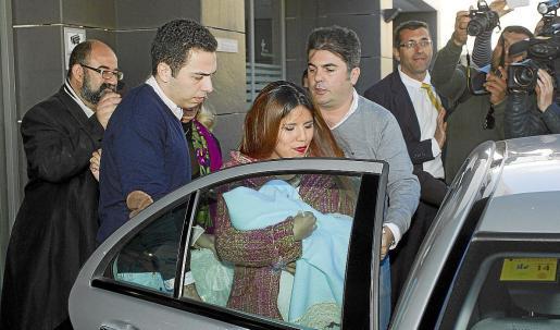 La hija de la tonadillera Isabel Pantoja, María Isabel, con su hijo en brazos que nació por cesárea el pasado viernes día 7, acompañada de su novio Alberto Isla, a la salida del hospital Vithas Parque San Antonio de Málaga.