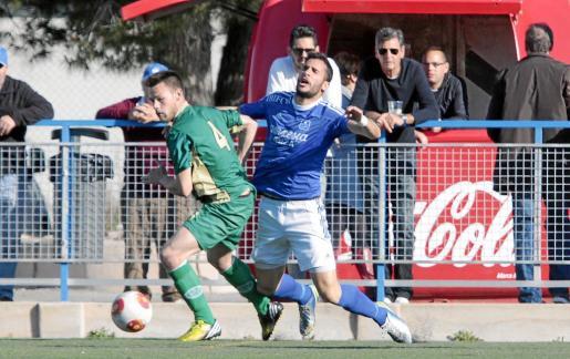 Carvajal cae derribado tras un choque con Pascual en una acción del partido de ayer.