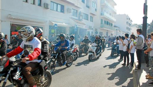 Imagen de algunos de los asistentes en dirección al puerto deportivo de Santa Eulària.