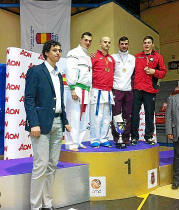 Pedro Román, a la derecha, en el podio de la categoría -67 kilos.