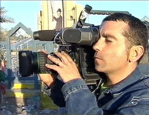 José Couso, cámara en ristre, durante su estancia en Irak.