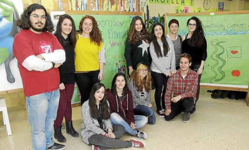 Los alumnos de segundo de Bachillerato junto a Beatriz Pérez, profesora de Latín y Griego de Blanca Dona.