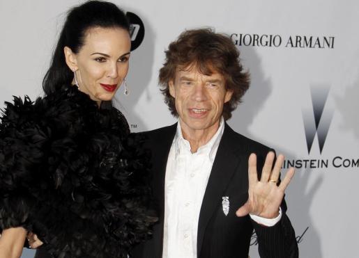 Una foto de archivo del 20 de mayo de 2010 que muestra a la leyenda del rock británico de los Rolling Stones, Mick Jagger (d), con la diseñadora de moda y modelo estadounidense, L'Wren Scott.