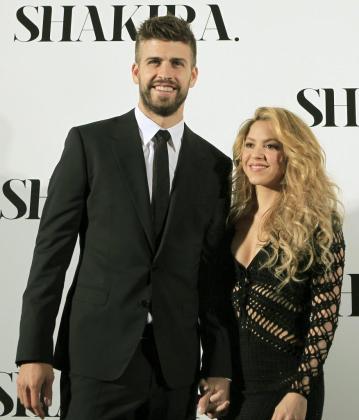 """La cantante colombiana, Shakira, acompañada por su pareja, el futbolista del F. C. Barcelona, Gerard Piqué, a su llegada a la presentación de su nuevo trabajo, """"Shakira""""."""