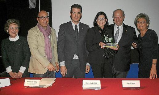 Cati Aguiló, Joan Carles Gomis, Fernando Gilet, Betty Gold con su premio 'Xam'; René Anderhub y María Ramon, una vez finalizado el acto.