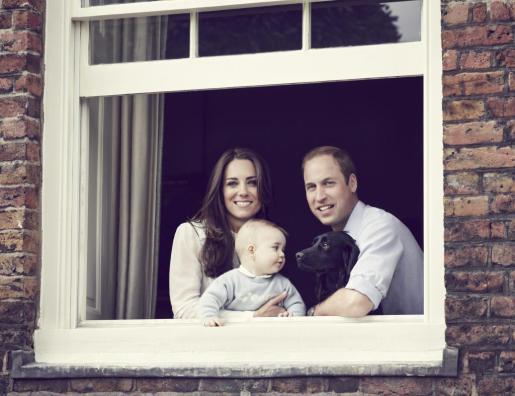 Los duques de Cambridge junto a su hijo, el príncipe Jorge.