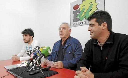 De izq. a dcha. Óscar Rodríguez (candidato a las europeas), Cayo Lara y Artur Parrón, ayer, en la nueva sede.