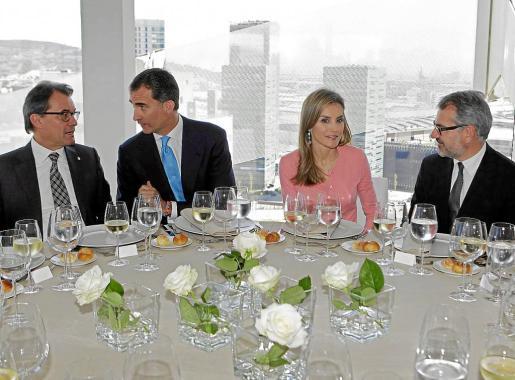 El Príncipe conversa con el presidente de la Generalitat, Artur Mas, y Letizia con el presidente de Puig, Marc Puig.
