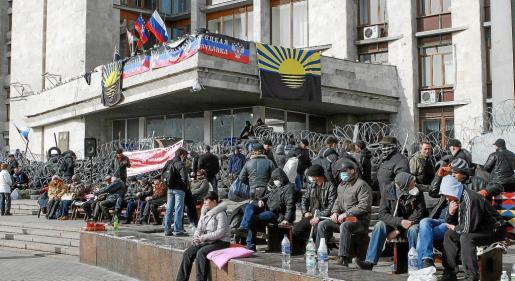 Manifestantes prorrusos levantan una barricada frente a un edificio ocupado de la administración regional en Donetsk.