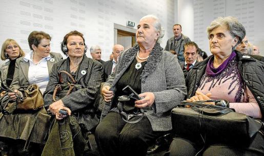 Mujeres de Srebrenica asisten a una vista sobre su caso en La Haya (Holanda).