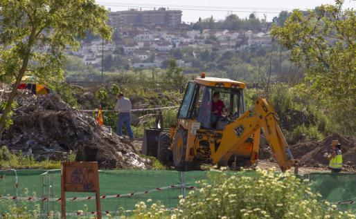 La Policía con la ayuda de una excavadora reanudó ayer la búsqueda de los restos de la joven sevillana Marta del Castillo.