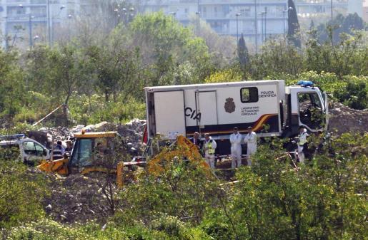 Un camión laboratorio de la Policía Científica está analizando si los restos óseos hallados anoche en una escombrera de la localidad sevillana de Camas en la zona en la que se buscaba a la joven Marta del Castillo, asesinada en 2009, cuando tenía 17 años, son de una persona o tienen origen animal.