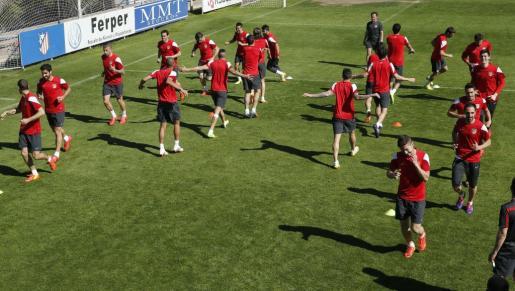 Los jugadores del Atlético de Madrid durante el entrenamiento llevado a cabo hoy en el estadio Vicente Calderón, en la víspera del partido de vuelta de los cuartos de final de Liga de Campeones.