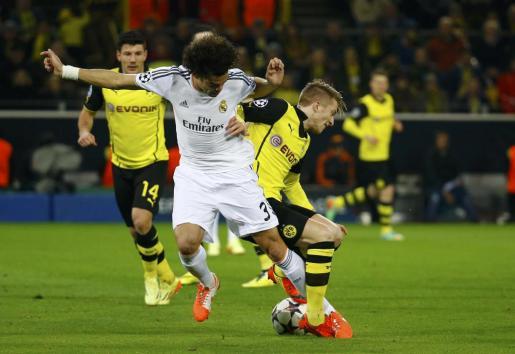 El jugador del Borussia de Dortmund Marco Reus (derecha) lucha por un balón con Pepe, del Real Madrid.